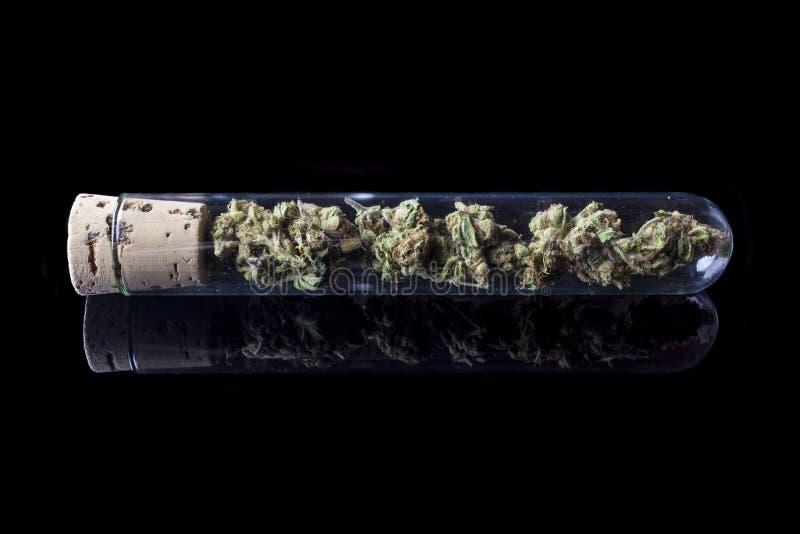 Medische cannabis in reageerbuis op zwarte van kant royalty-vrije stock foto's