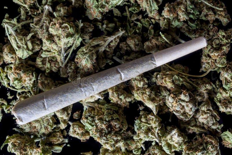 Medische cannabisverbinding op cannabisknoppen op zwarte van hierboven royalty-vrije stock afbeelding