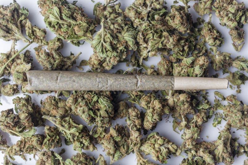 Medische cannabisverbinding op cannabisknoppen van hierboven stock foto