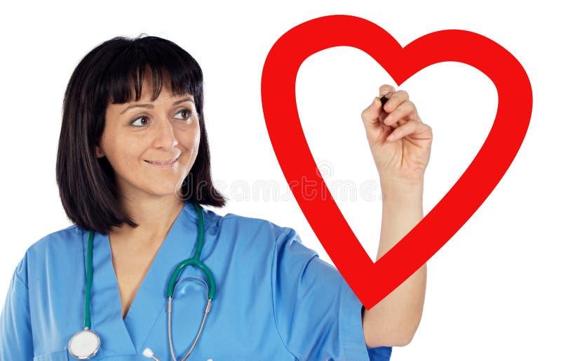 Medische cardioloog die een hart trekt stock foto