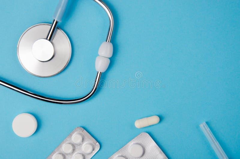 Medische concepten blauwe achtergrond Het bureau van de arts met instrumenten Exemplaar ruimteconcepten royalty-vrije stock fotografie