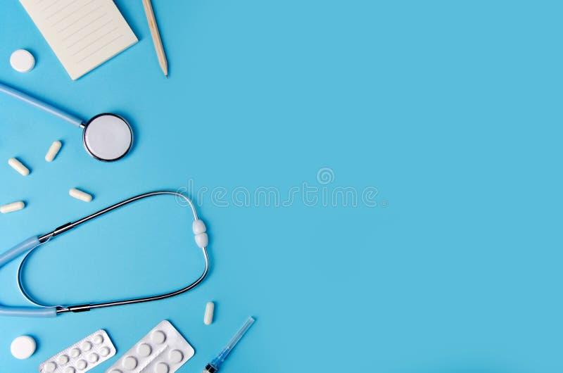 Medische concepten blauwe achtergrond Het bureau van de arts met instrumenten De ruimte van het exemplaar stock afbeeldingen