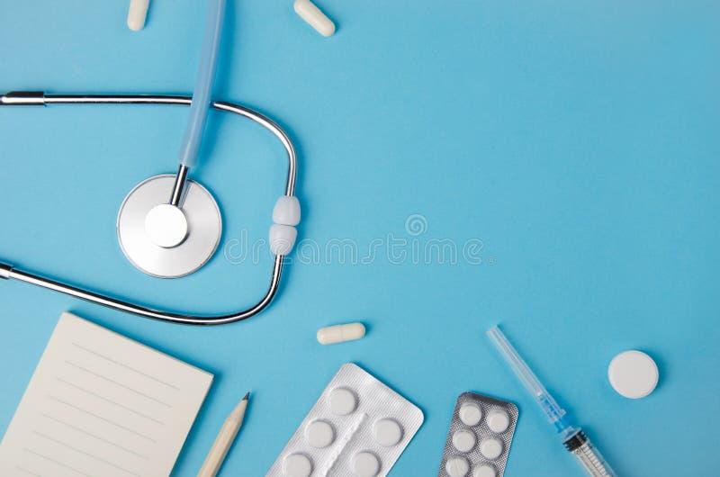 Medische concepten blauwe achtergrond Het bureau van de arts met instrumenten De ruimte van het exemplaar royalty-vrije stock afbeeldingen