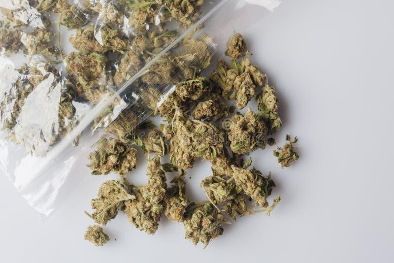 Medische die cannabisknoppen van pakket op wit hierboven worden verspreid van stock foto