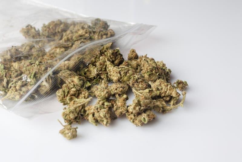 Medische die cannabisknoppen van pakket op wit van kant worden verspreid stock foto
