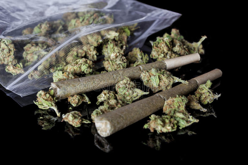 Medische die cannabisverbindingen en knoppen van pakket zwarte kant worden verspreid royalty-vrije stock afbeelding
