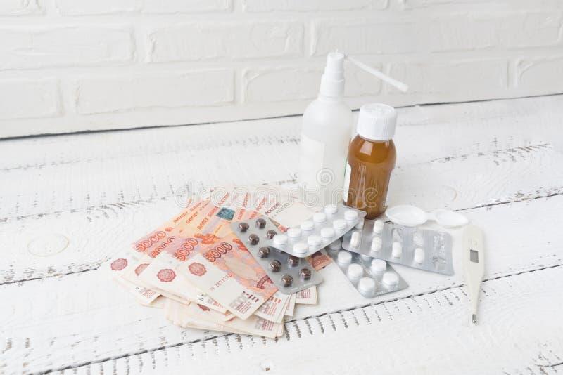 Medische drugs met roebels Concept dure geneeskunde, hoge prijzen voor pillen en capsules Kosten van heathy leven Stijgend tarief royalty-vrije stock afbeelding