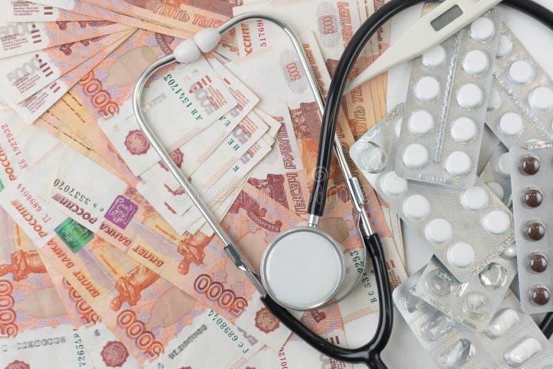 Medische drugs met roebels Concept dure geneeskunde, hoge prijzen voor pillen en capsules Kosten van heathy leven Stijgend tarief royalty-vrije stock afbeeldingen