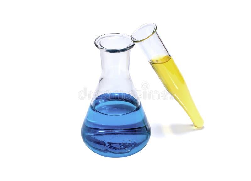 Medische en onderwijsconcepten: chemische fles en test-buis met blauwe en gele vloeistof royalty-vrije stock afbeelding