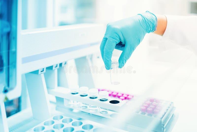 Medische, farmaceutische specialistenhand die lege steekproef voor experimenten houden stock afbeelding
