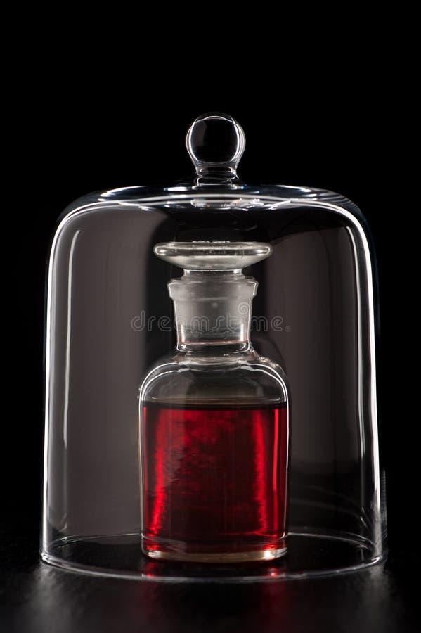 Medische fles met rode vloeistof royalty-vrije stock foto