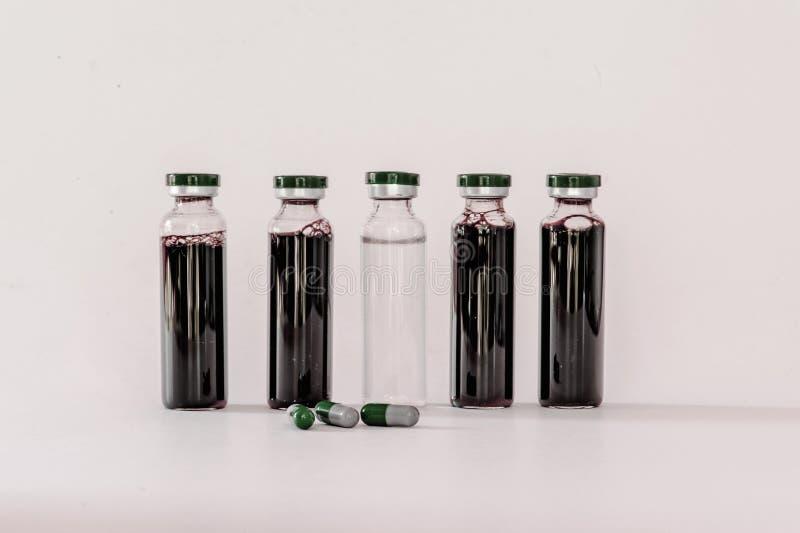 Medische flesjes met uittreksel stock foto's