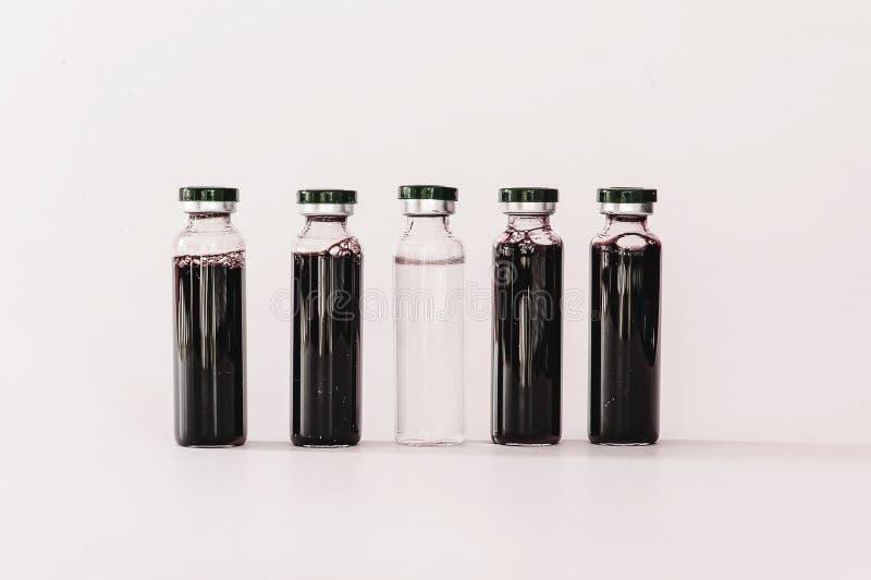 Medische flesjes met uittreksel royalty-vrije stock fotografie