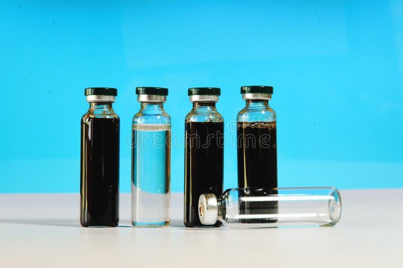 Medische flesjes met zwarte gekleurd uittreksel royalty-vrije stock foto's