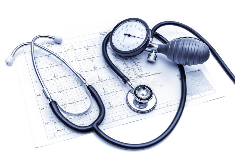 Medische hulpmiddelen die op ECG liggen stock foto