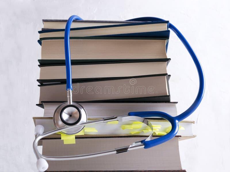 Medische kennis Stapel van open boeken voor medische student royalty-vrije stock fotografie