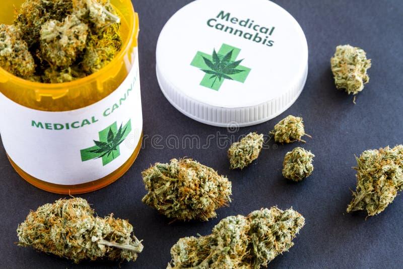 Medische Marihuanaknoppen op Zwarte Achtergrond stock afbeelding