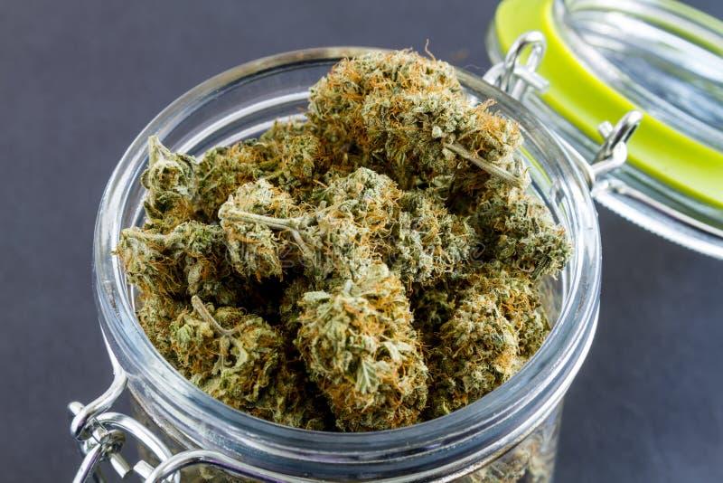 Medische Marihuanaknoppen op Zwarte Achtergrond stock foto