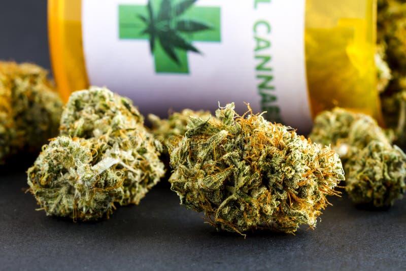 Medische Marihuanaknoppen op Zwarte Achtergrond stock fotografie