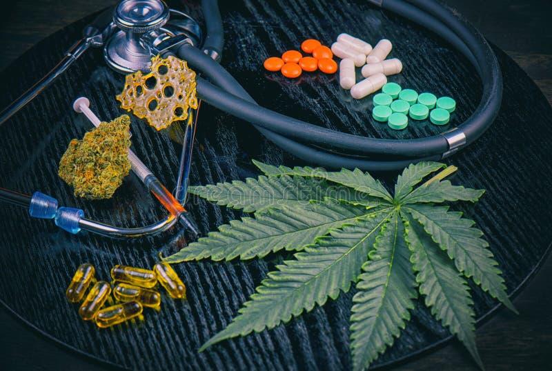 Medische marihuanaproducten versus conventioneel pillenconcept stock fotografie
