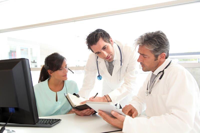Medische mensen die in het ziekenhuisbureau samenkomen royalty-vrije stock fotografie