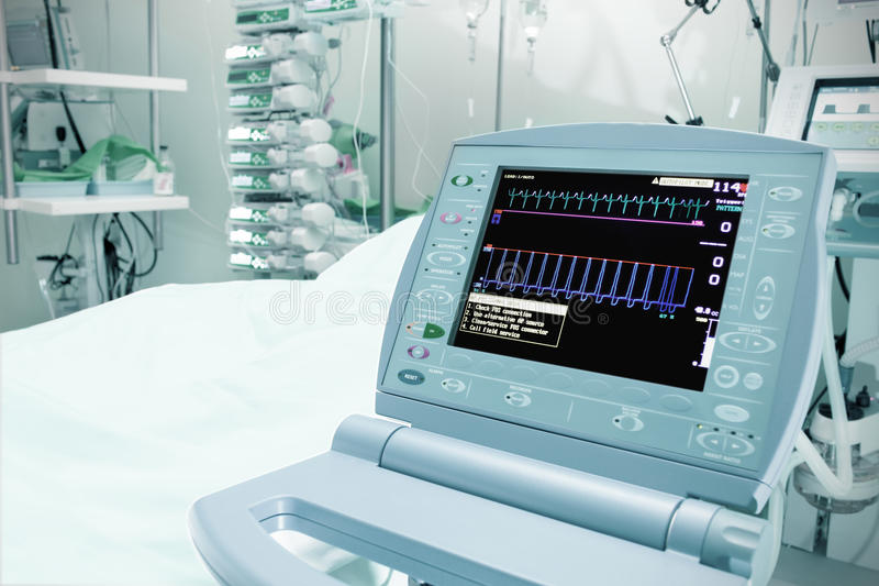 Medische monitor in de intensive careeenheid stock foto's