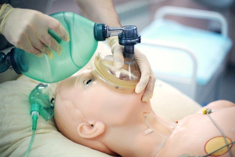 Medische opleiding Gebruiksambu zak voor longventilatie die een medisch model gebruiken Medische vaardigheden opleiding royalty-vrije stock foto