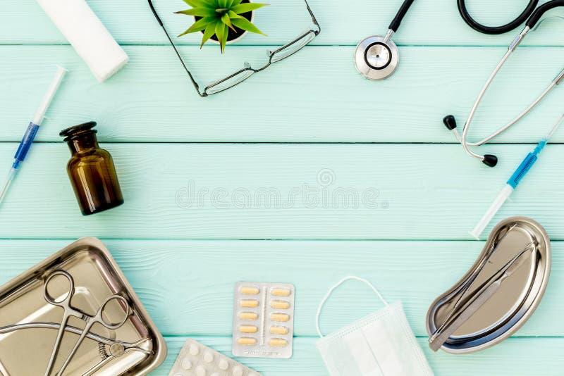 Medische pillen, antibiotica die voor zorg en gezondheid op van de achtergrond kadermunt groene hoogste meningsruimte nemen voor  stock fotografie