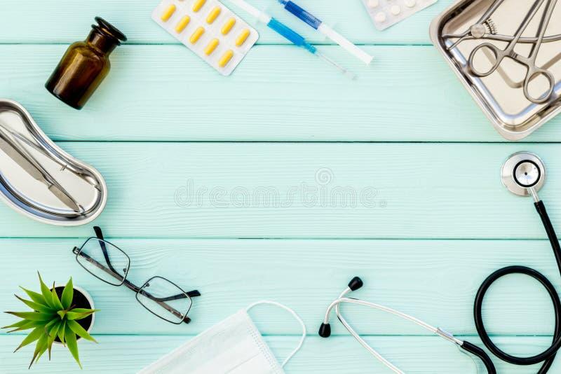 Medische pillen, antibiotica die voor zorg en gezondheid op van de achtergrond kadermunt groene hoogste meningsruimte nemen voor  stock foto