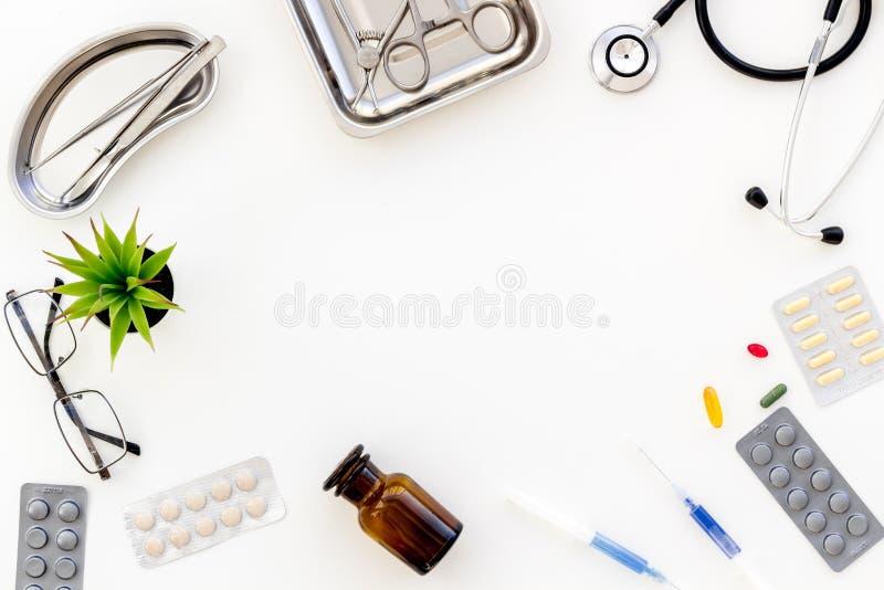 Medische pillen, antibiotica die voor zorg en gezondheid op witte achtergrond hoogste meningsruimte nemen voor tekst stock afbeelding
