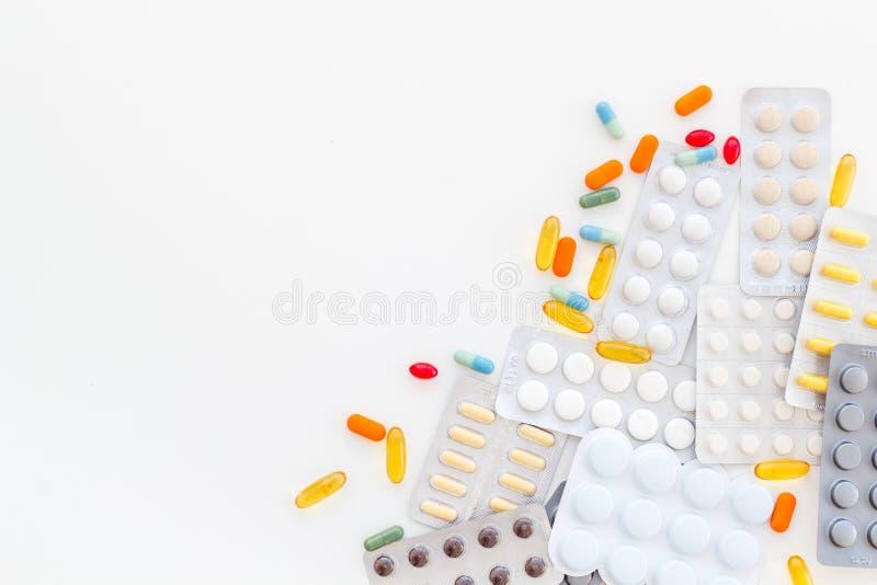 Medische pillen, antibiotica die voor zorg en gezondheid op witte achtergrond hoogste meningsruimte nemen voor tekst stock foto
