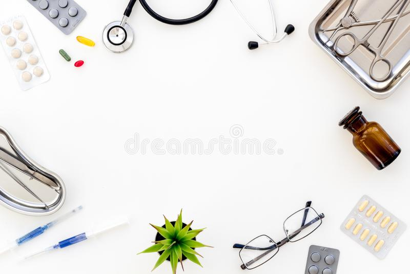 Medische pillen, antibiotica die voor zorg en gezondheid op witte achtergrond hoogste meningsruimte nemen voor tekst royalty-vrije stock fotografie
