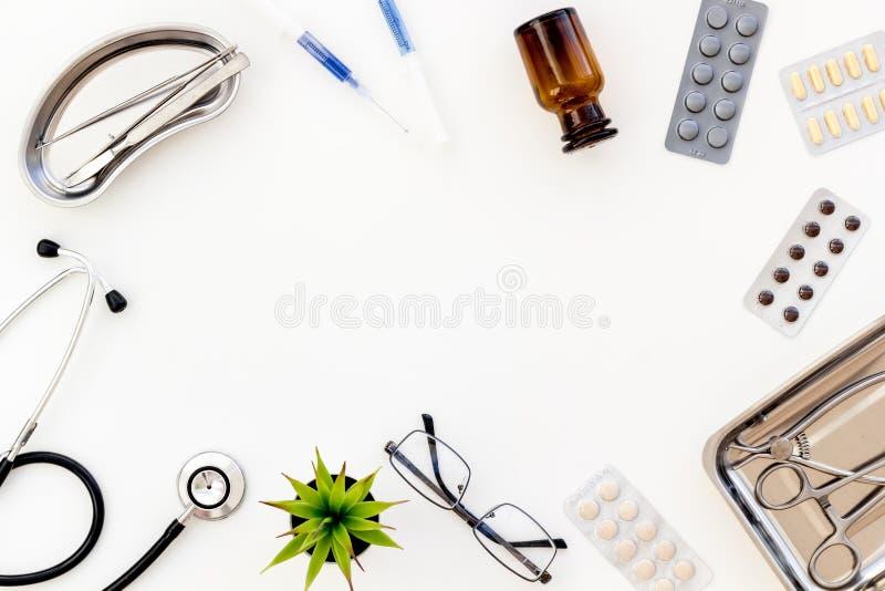 Medische pillen, antibiotica die voor zorg en gezondheid op witte achtergrond hoogste meningsruimte nemen voor tekst royalty-vrije stock afbeelding