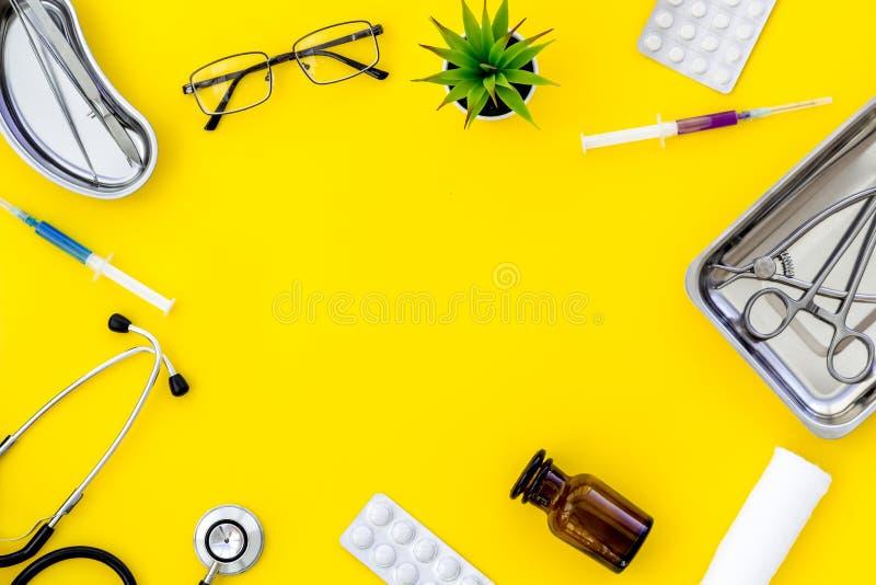 Medische pillen, antibiotica die voor zorg en gezondheidskader nemen op gele achtergrond hoogste meningsruimte voor tekst stock fotografie