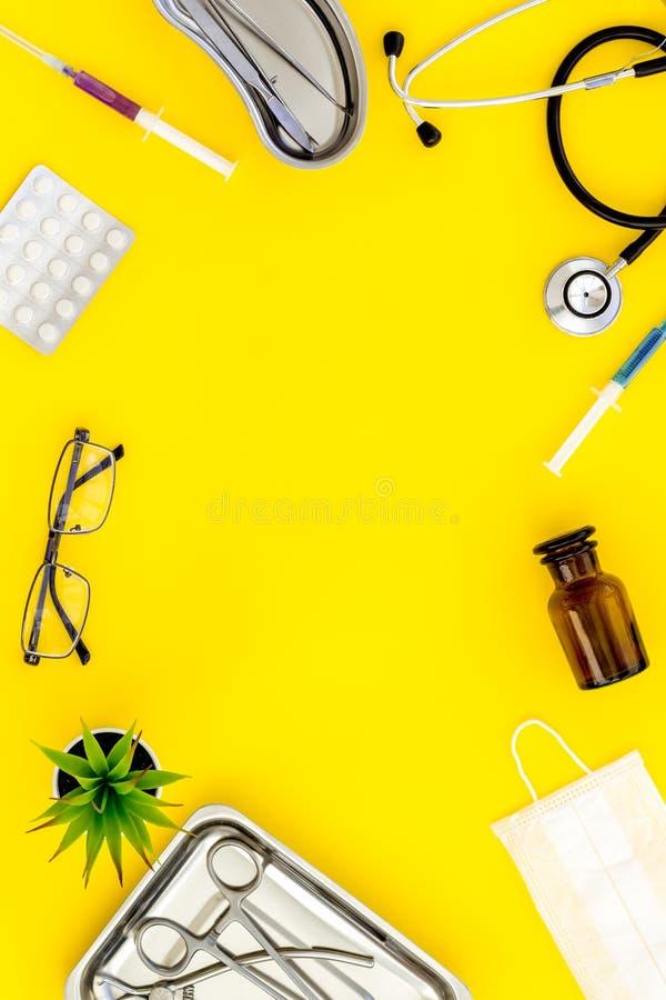 Medische pillen, antibiotica die voor zorg en gezondheidskader nemen op gele achtergrond hoogste meningsruimte voor tekst stock afbeeldingen