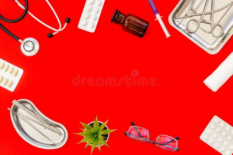 Medische pillen, antibiotica die voor zorg en gezondheidskader nemen op rode achtergrond hoogste meningsruimte voor tekst royalty-vrije stock foto