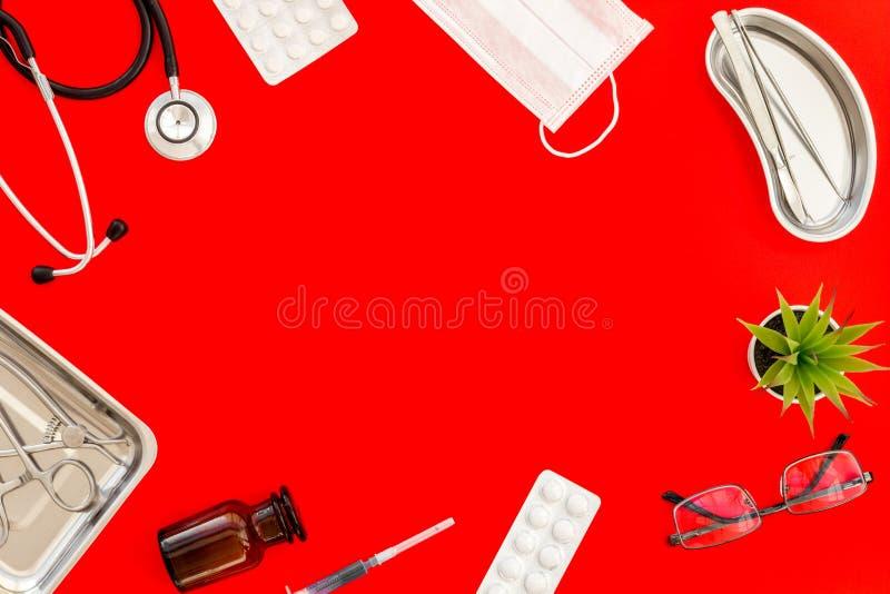 Medische pillen, antibiotica die voor zorg en gezondheidskader nemen op rode achtergrond hoogste meningsruimte voor tekst royalty-vrije stock foto's