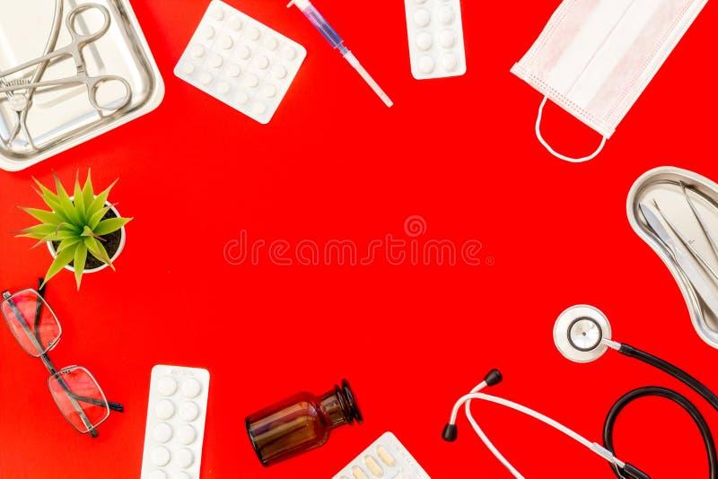 Medische pillen, antibiotica die voor zorg en gezondheidskader nemen op rode achtergrond hoogste meningsruimte voor tekst stock fotografie