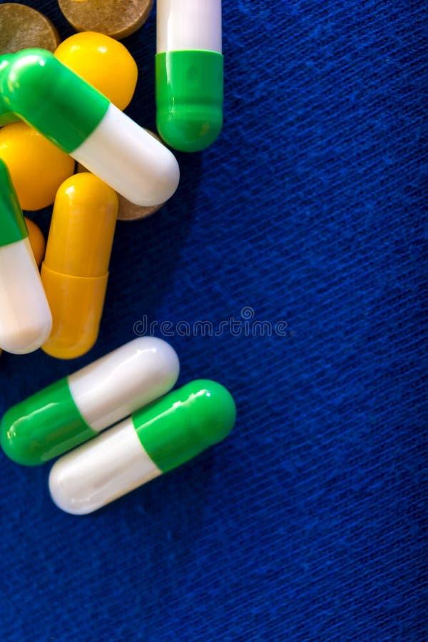 Medische pillen Het medicijn van kleurencapsules Achtergrond voor een uitnodigingskaart of een gelukwens Het concept van de gezon royalty-vrije stock foto