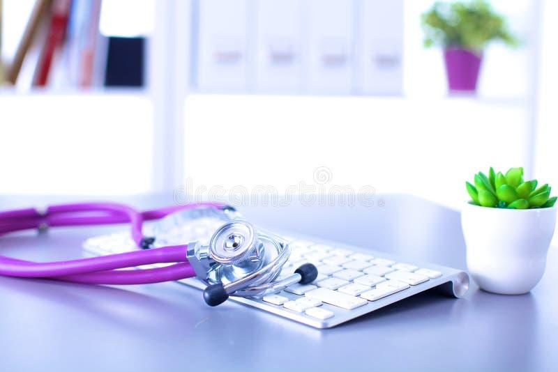 Medische stethoscoop met een computer op het bureau royalty-vrije stock fotografie
