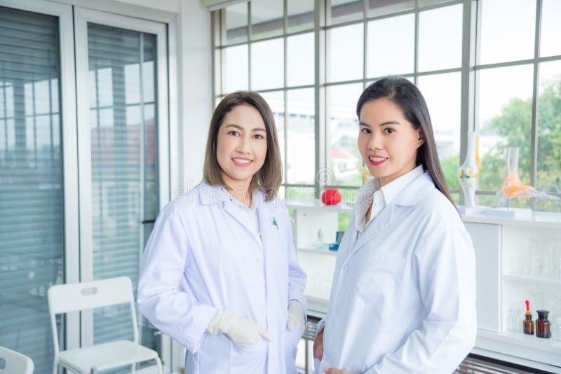 Medische student die zich met jonge vrouwelijke medische professionele leraar in klaslokaal bevinden royalty-vrije stock afbeelding
