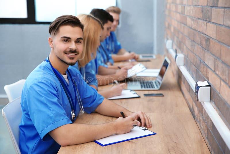 Medische student met groupmates het bestuderen stock foto's