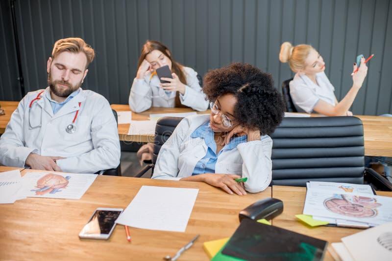 Medische studenten bij de boring les stock afbeelding
