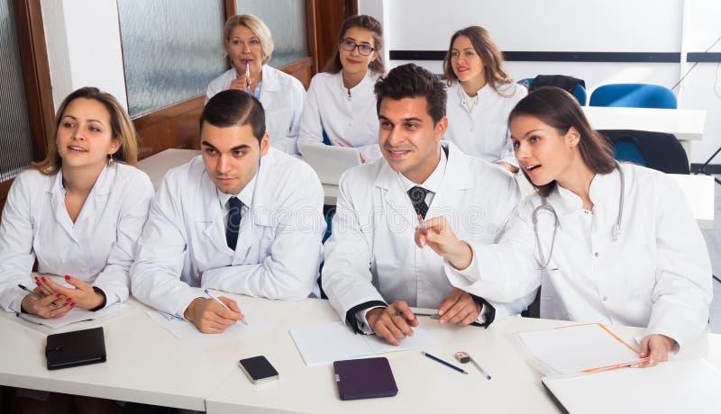 Medische studenten die in publiek zitten royalty-vrije stock foto