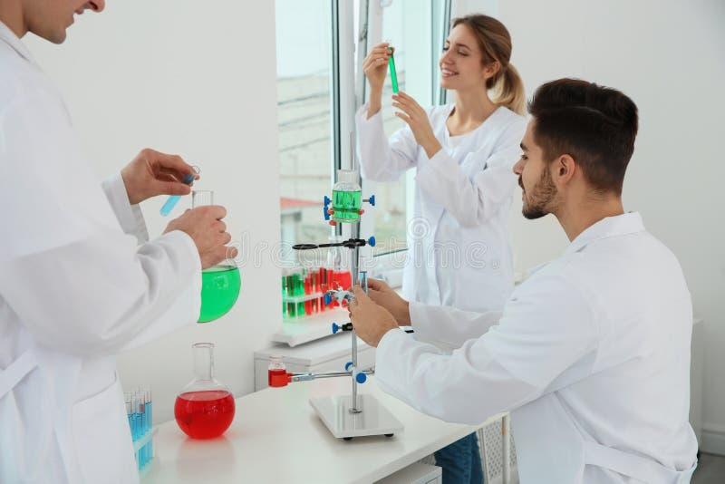 Medische studenten die in wetenschappelijk laboratorium werken stock fotografie