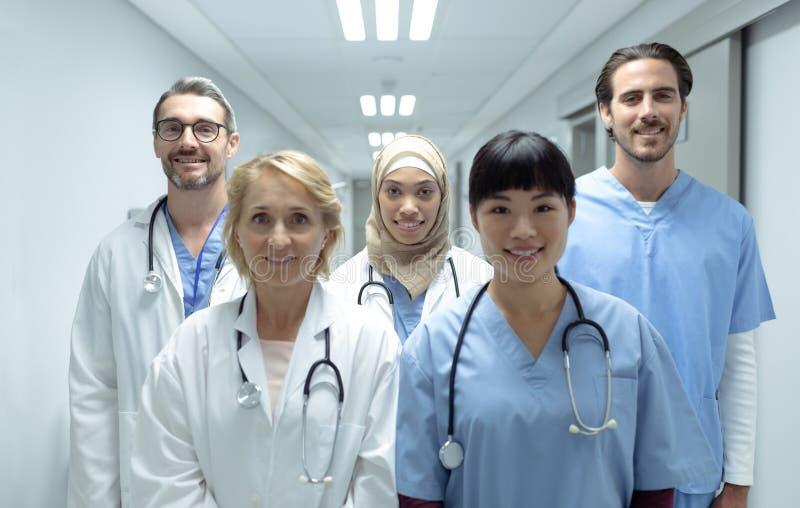 Medische teams die zich in de gang bij het ziekenhuis bevinden royalty-vrije stock afbeeldingen