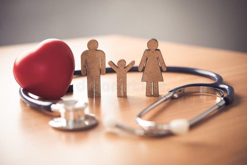 Medische Verzekeringsconcept met Familie en Stethoscoop op Houten stock fotografie