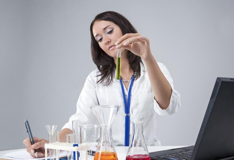 Medische, Wetenschapsconcepten en Ideeën Kaukasisch Vrouwelijk Laboratoriumpersoneel royalty-vrije stock foto's