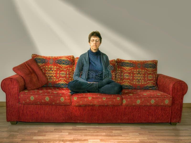Download Meditação, Abrandamento Mulher Madura, Mais Idosa Em Casa No Sofá, Grupo Foto de Stock - Imagem de enlightenment, raios: 65575400