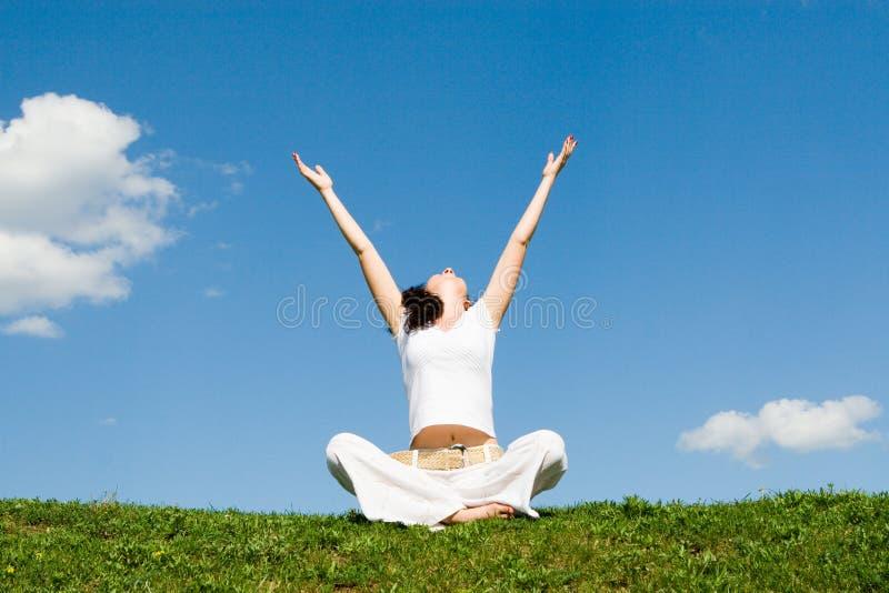 A meditação bonita da menina na grama
